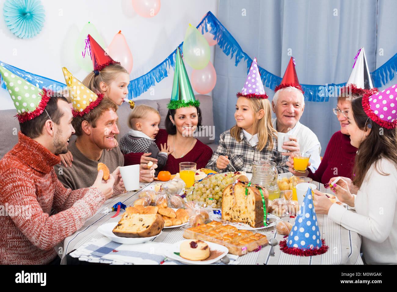 Familie Sind Glucklich Die Kinder Beim Abendessen Zum Geburtstag Zu