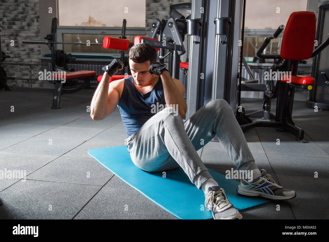 Passen mann Training abs Muskeln situp crunches Körpergewicht ...