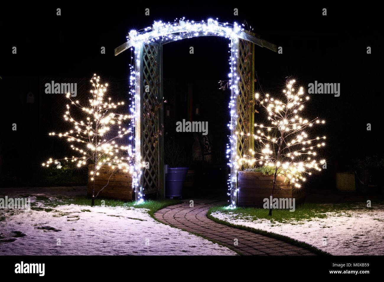 Led Weihnachten.Weihnachten Led Leuchtet Auf Einem Garten Torbogen Und Zwei Bäume
