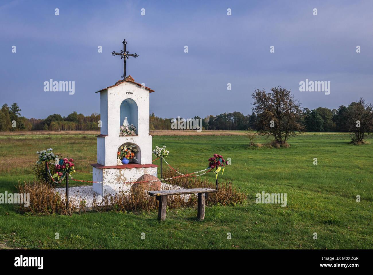 Weiß Bildstock in der Nähe von brochow Dorf, Sochaczew Grafschaft in der Woiwodschaft Masowien in Polen Stockbild