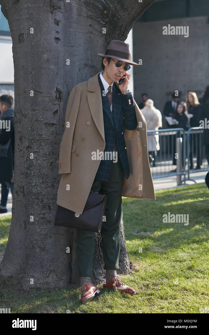 Mailand Januar 13 Mann Mit Braunen Trenchcoat Und Hut Vor Emporio