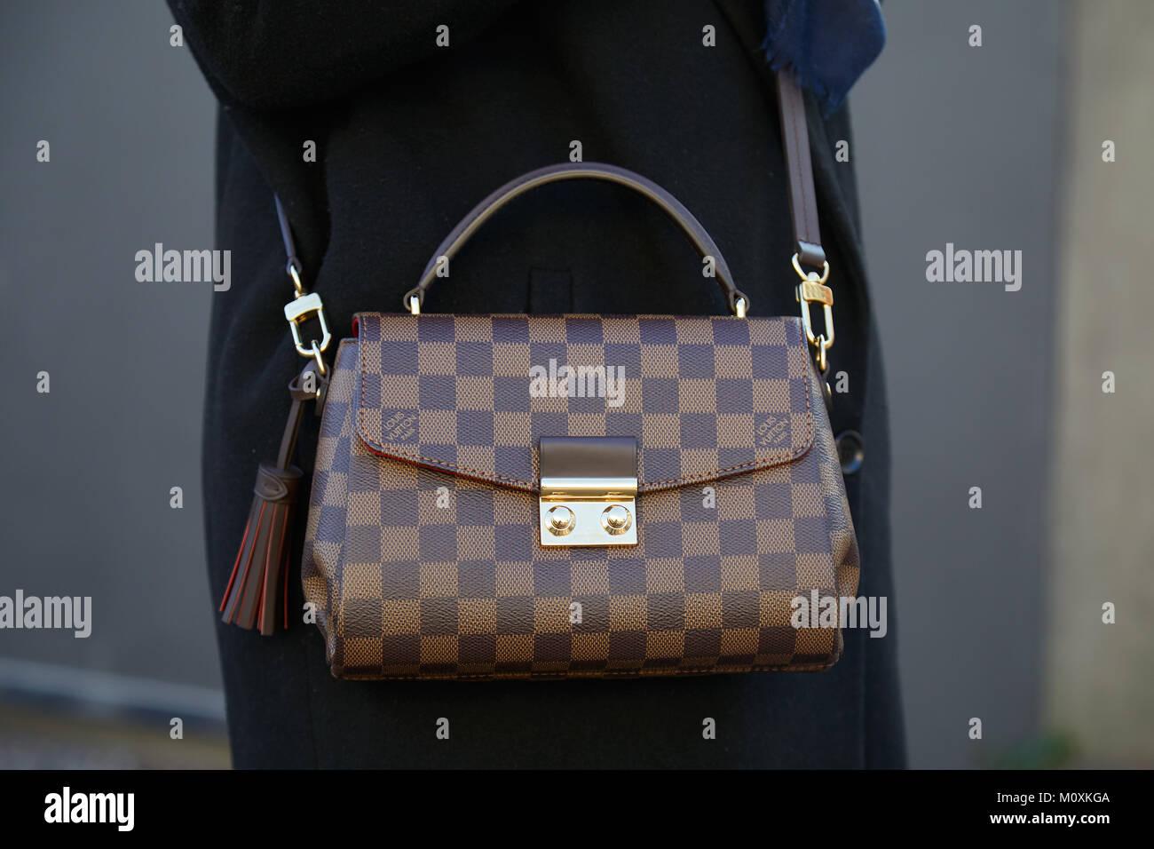 e5ab898c3f6e9 Mailand - Januar 13  Frau mit braun-karierten Louis Vuitton Tasche vor  Diesel Black