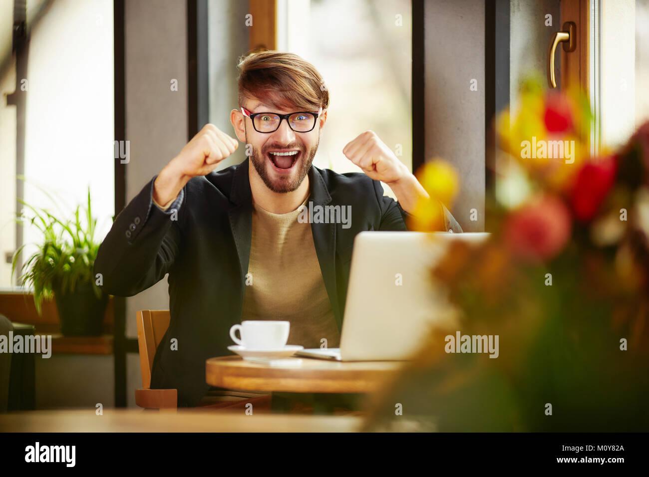 Emotionale Menschen feiern im Laptop Stockbild