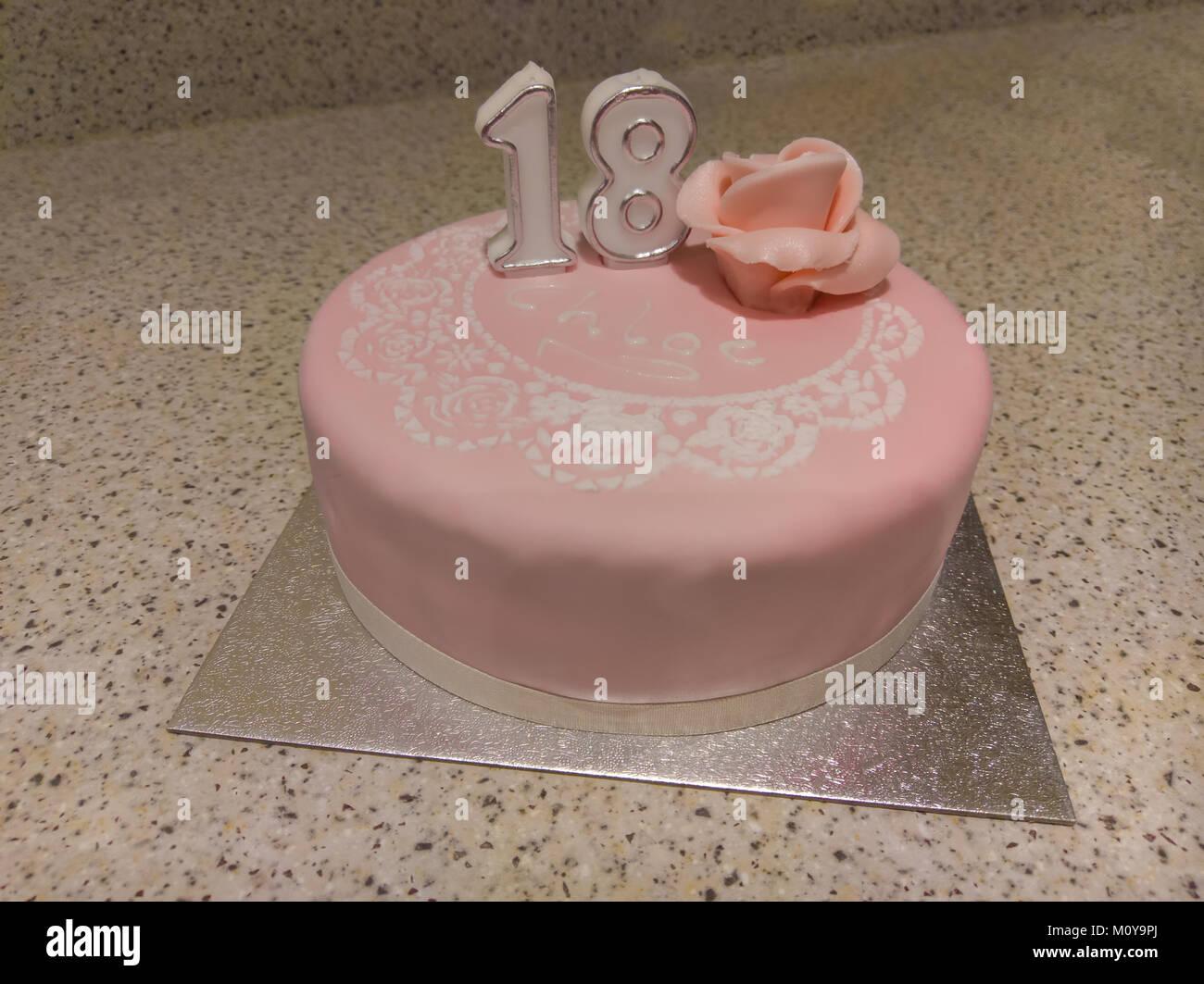 Rosa Geburtstagstorte Mit Der Nummer 18 Stockfoto Bild 172704074