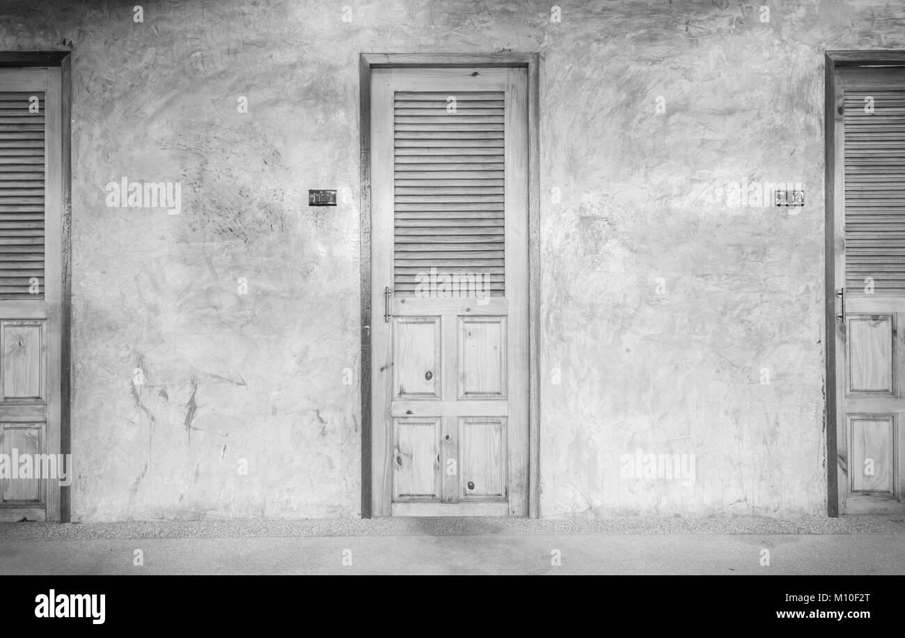 Schwarz Und Weiß Classic Oder Retro Türen Für Interieur Oder Exterieur  Design. Braun Badezimmer Türen Mit Beton Wand. Vintage Türen In Filmischen  Moo
