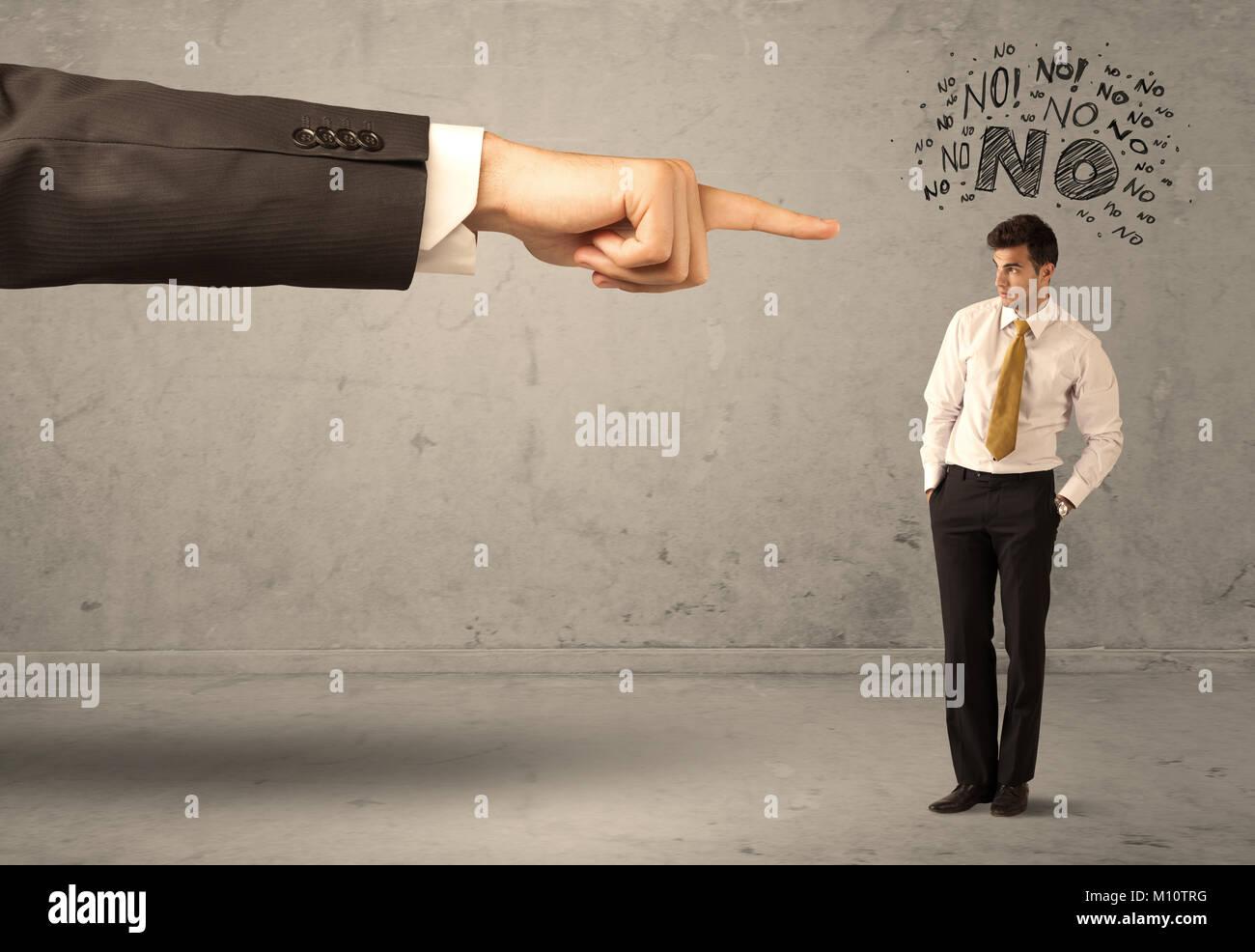 Eine junge Mitarbeiterin widersprechen und Argumentieren mit Chef, schäme Konzept. Eine große hand zeigen Stockbild