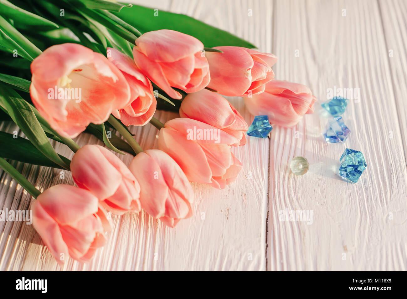 Blumen Landhausstil schöne rosa tulpen mit blaue edelsteine auf weißen holzmöbeln im