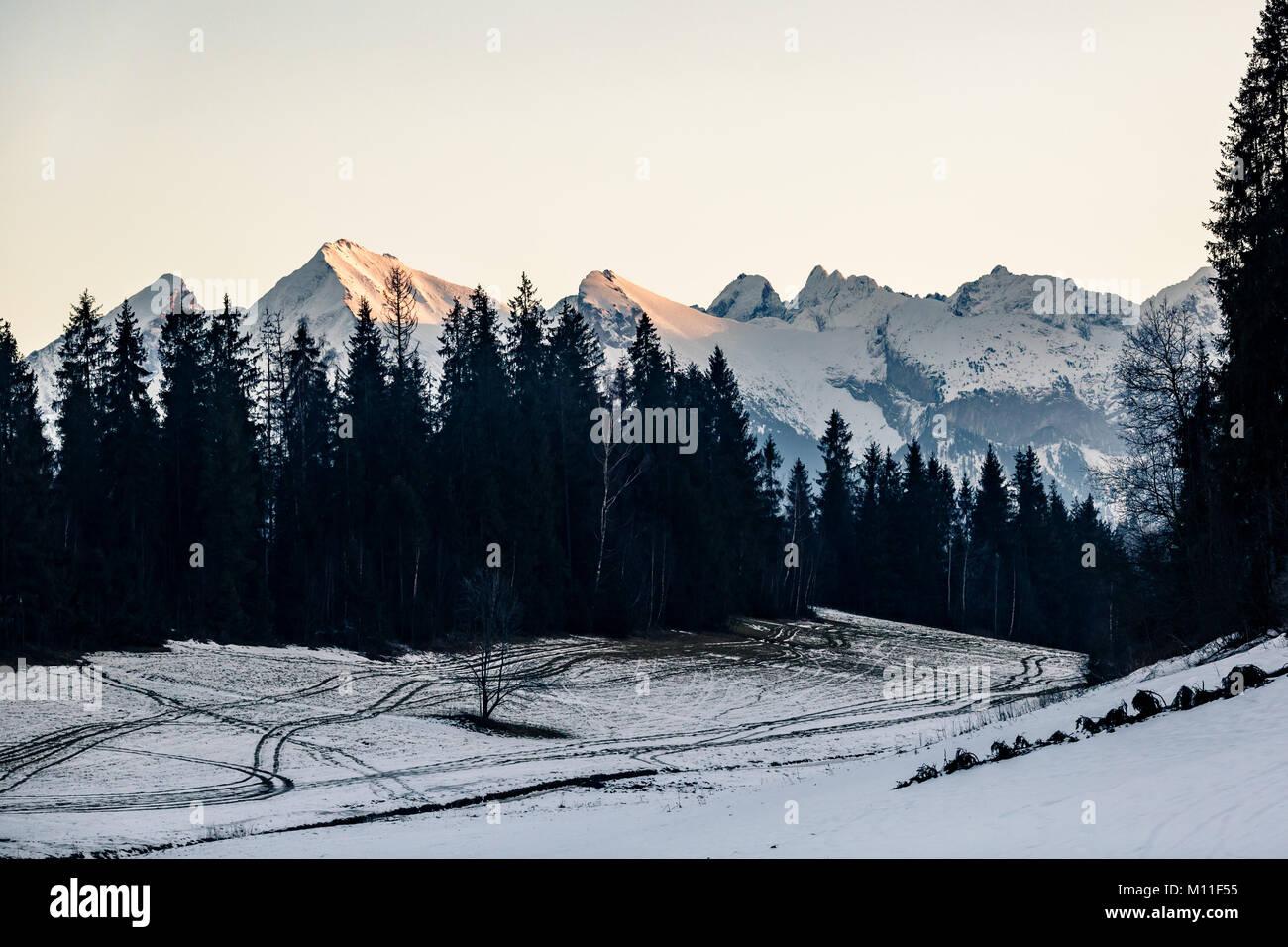 Inspirierende Berge Landschaft im Winter Tatra. Mit Blick auf die Hohe Tatra Berge bei Sonnenuntergang, Panorama Stockbild