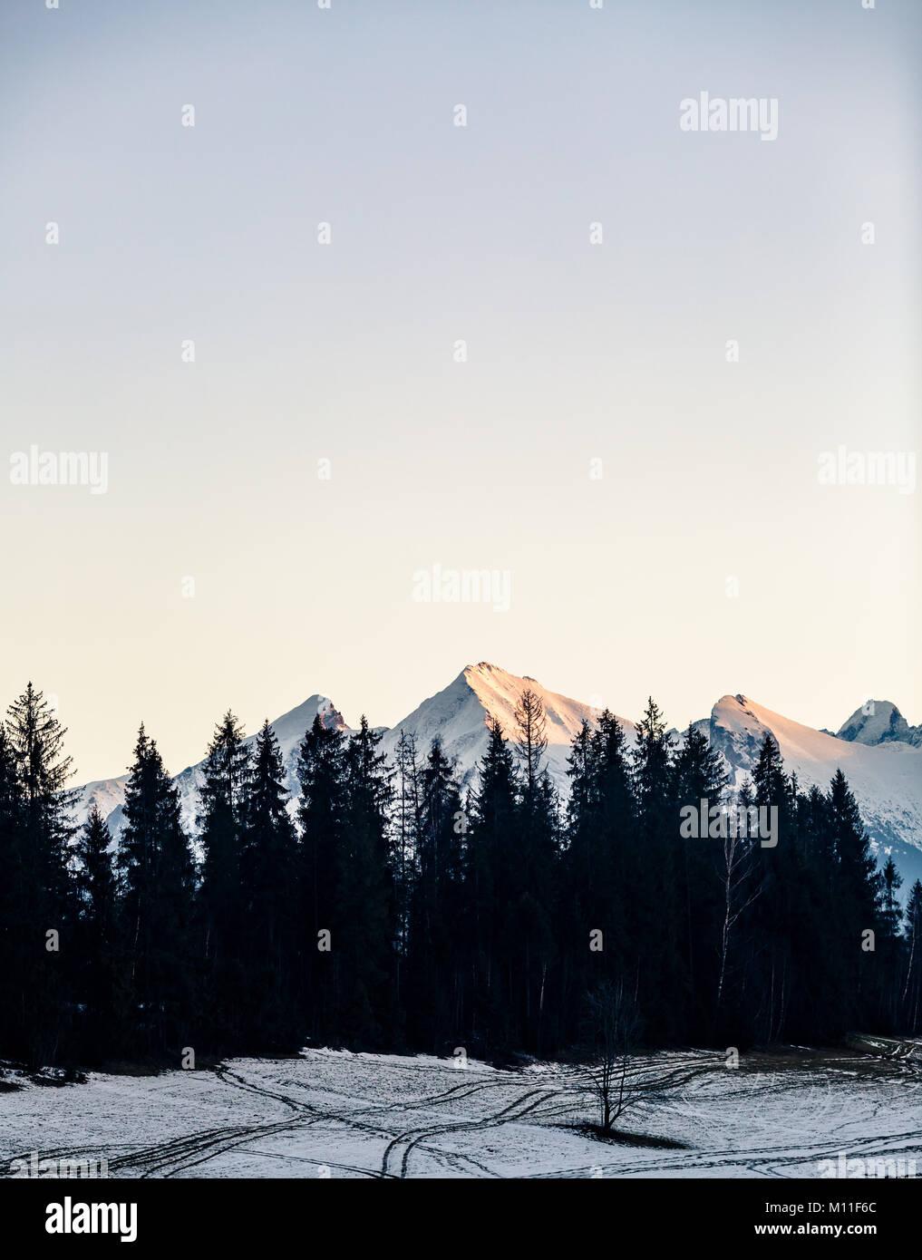 Inspirierende Berge Landschaft im Winter Tatra. Mit Blick auf die Hohe Tatra Berge bei Sonnenuntergang Stockbild