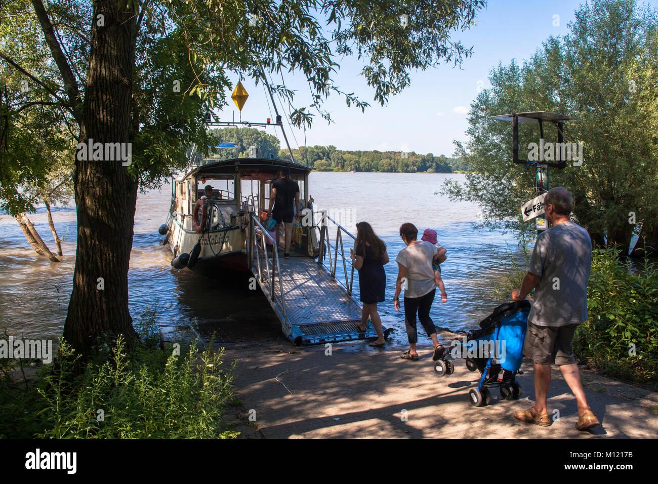 Deutschland, Köln, Rhein, Fähre für Fahrrad Fahrer und Wanderer zwischen den Bezirk Porz-Zuendorf Stockbild