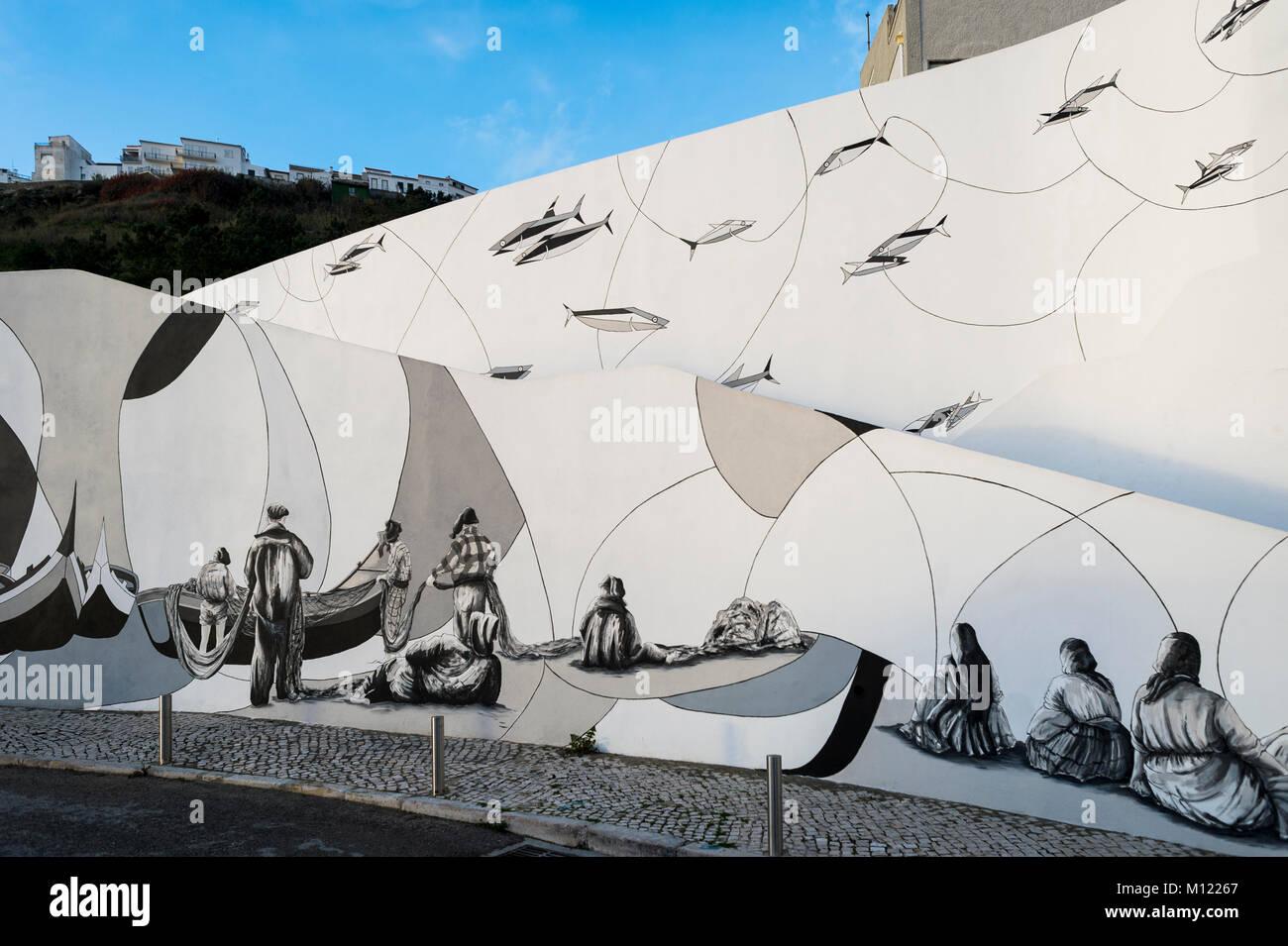 Weiße Wand mit gemalten Wandbild durch Filipe Ferreria, die die Geschichte von Nazare ein Fischerdorf in Portugal. Stockbild