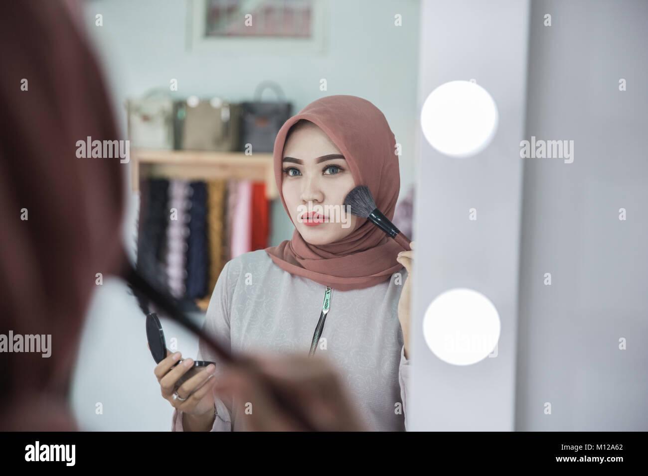 Spiegel Make Up : Schönheit muslimische frau mit kopftuch anwendung make up schöne
