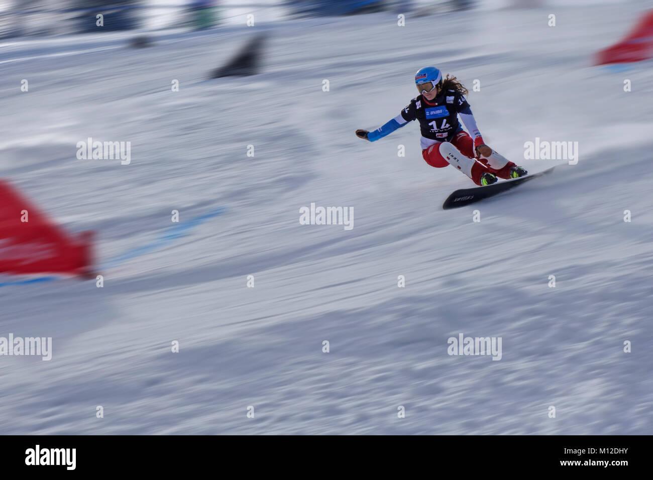 Snowboard Riesenslalom Wettbewerb. Weibliche Konkurrenz. Bewegungsunschärfe. Skigebiet Rogla, Slowenien. Stockbild