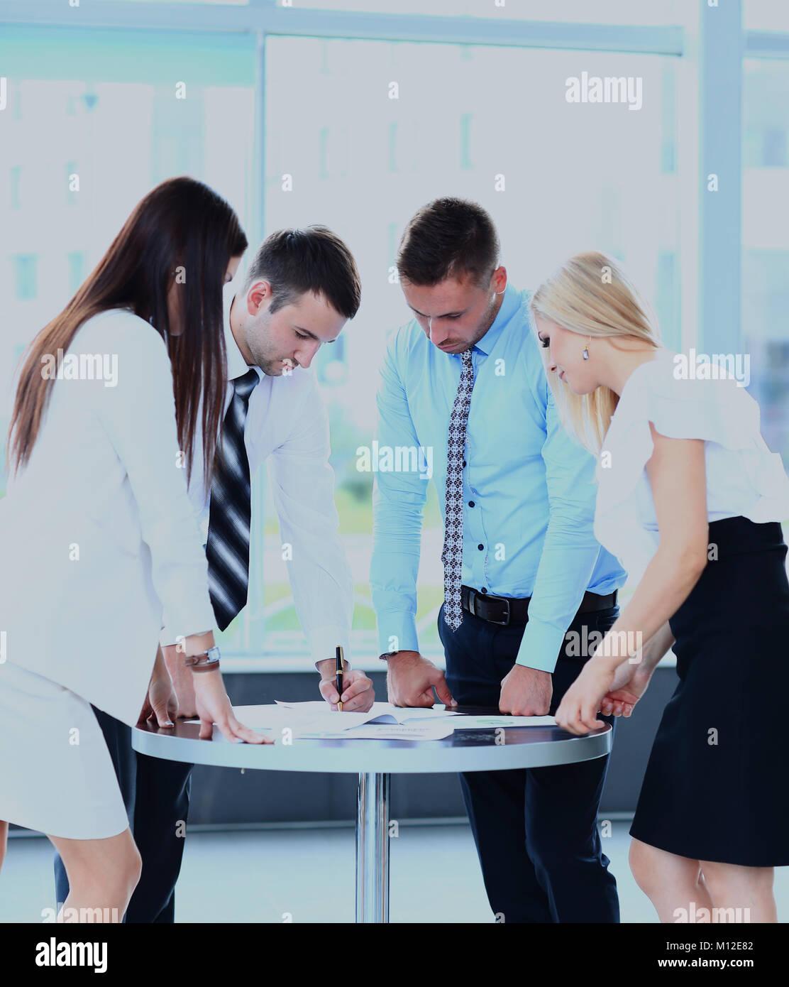 Business Meeting-Manager über die Arbeit mit seinen Kollegen. Stockbild
