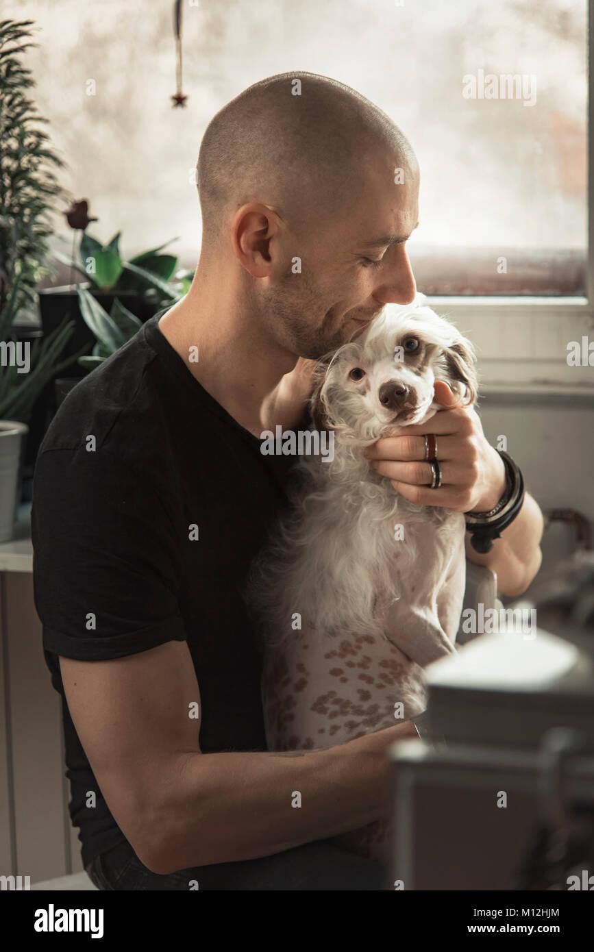 Schöner Mann und sein Hund Stockbild