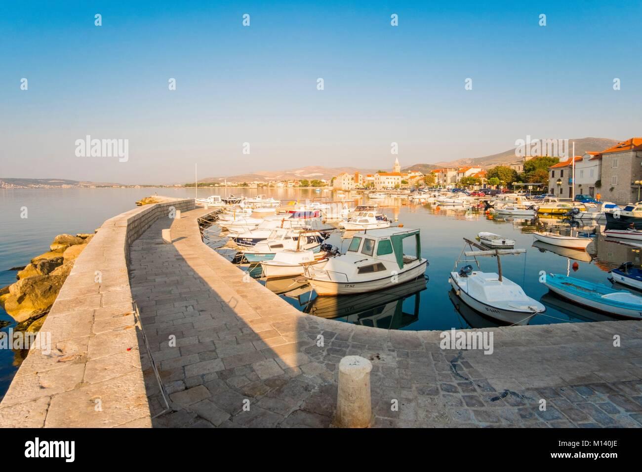 Kroatien, Dalmatien, Dalmatinischen Küste, Zadar, Kastela, Kastel Novi Hafen Stockbild