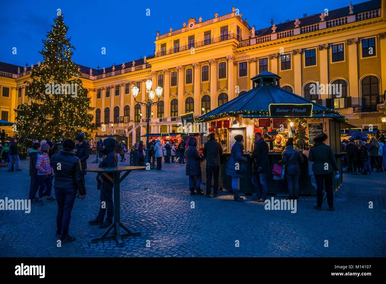 Österreich, Wien, Schönbrunn, Weihnachtsmarkt, Abend Stockbild