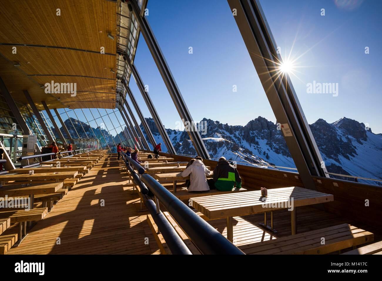 Österreich, Tirol, Axamer Lizum, hosting Dorf der 1964 und 1976 Winter Olympics, hoadl Haus Restaurant Essbereich, Stockbild