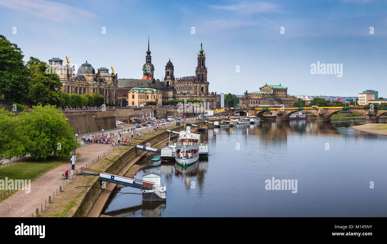 Malerische Sommer Blick auf die Altstadt Architektur mit Elbe Damm in Dresden, Sachsen, Deutschland Stockbild