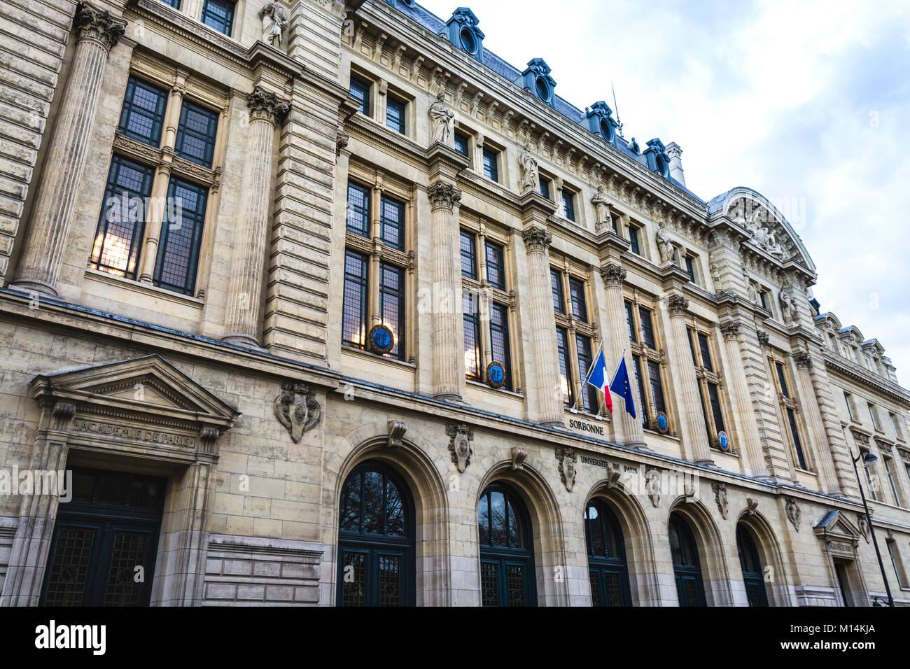 Paris, Frankreich, 9. Dezember 2017: Sorbonne Universität Gebäude im Quartier Latin, dem historischen Stockbild
