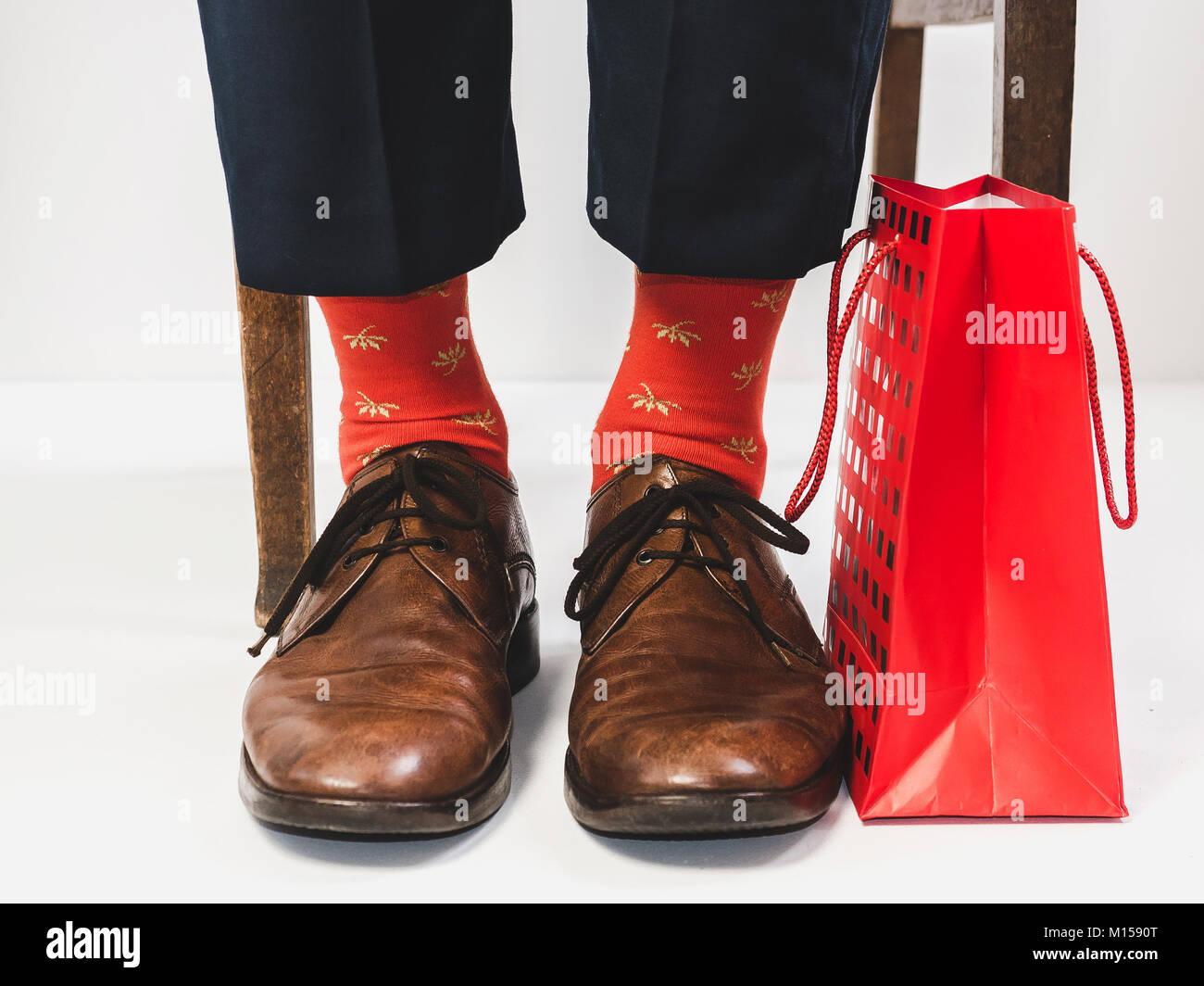 ce817315b295 Männer Fuß in der schicke Schuhe und lustig, helle Socken. Für Männer.  Vintage Schuhe