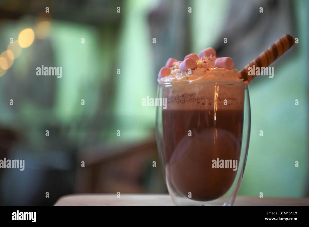 k stliche hei e schokolade trinken in ein glas mit schlagsahne rosa marshmallows mit schokolade. Black Bedroom Furniture Sets. Home Design Ideas
