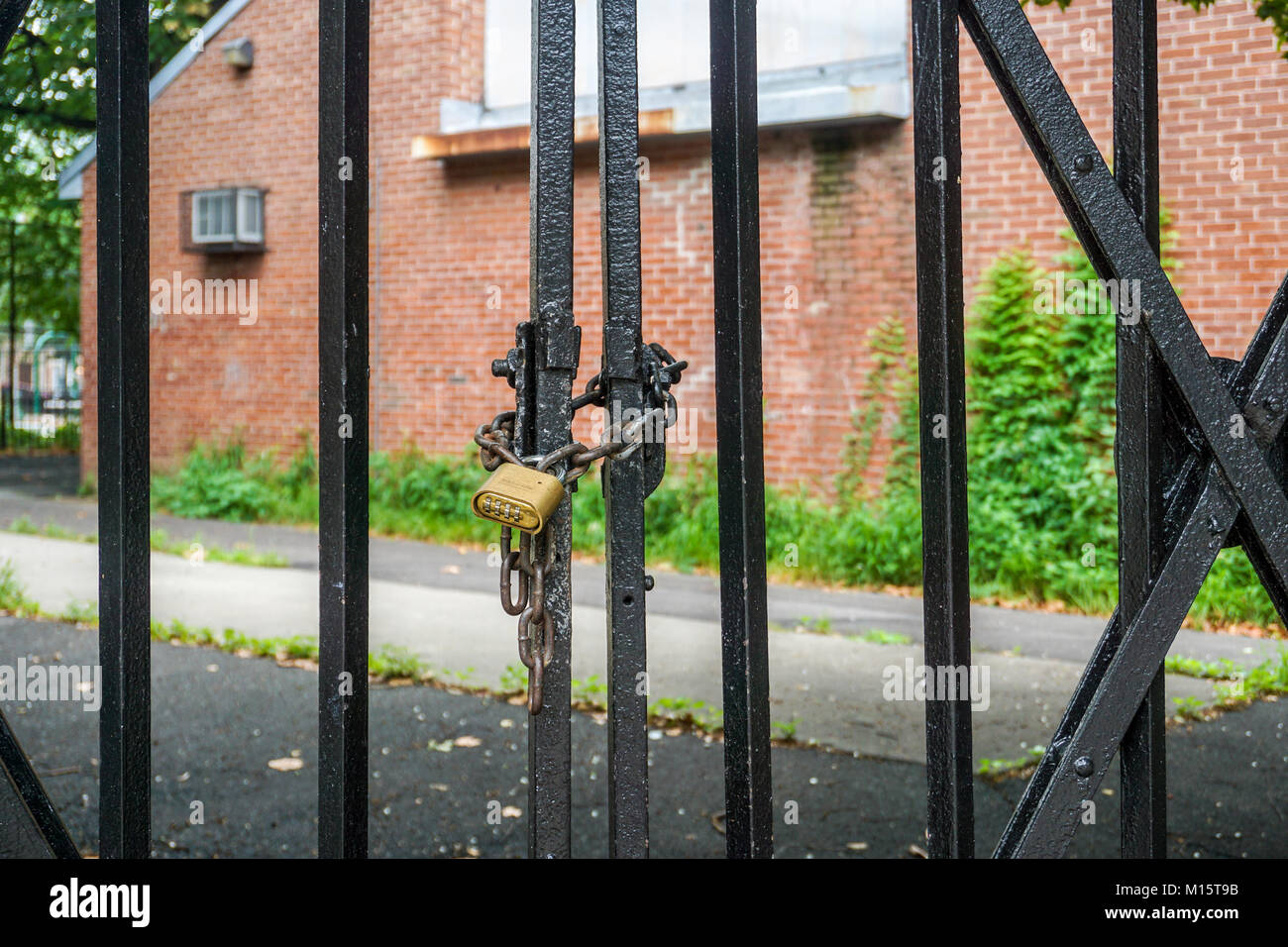 Kette und auf Eisen Zaun sperren Stockfoto, Bild: 172847175 - Alamy