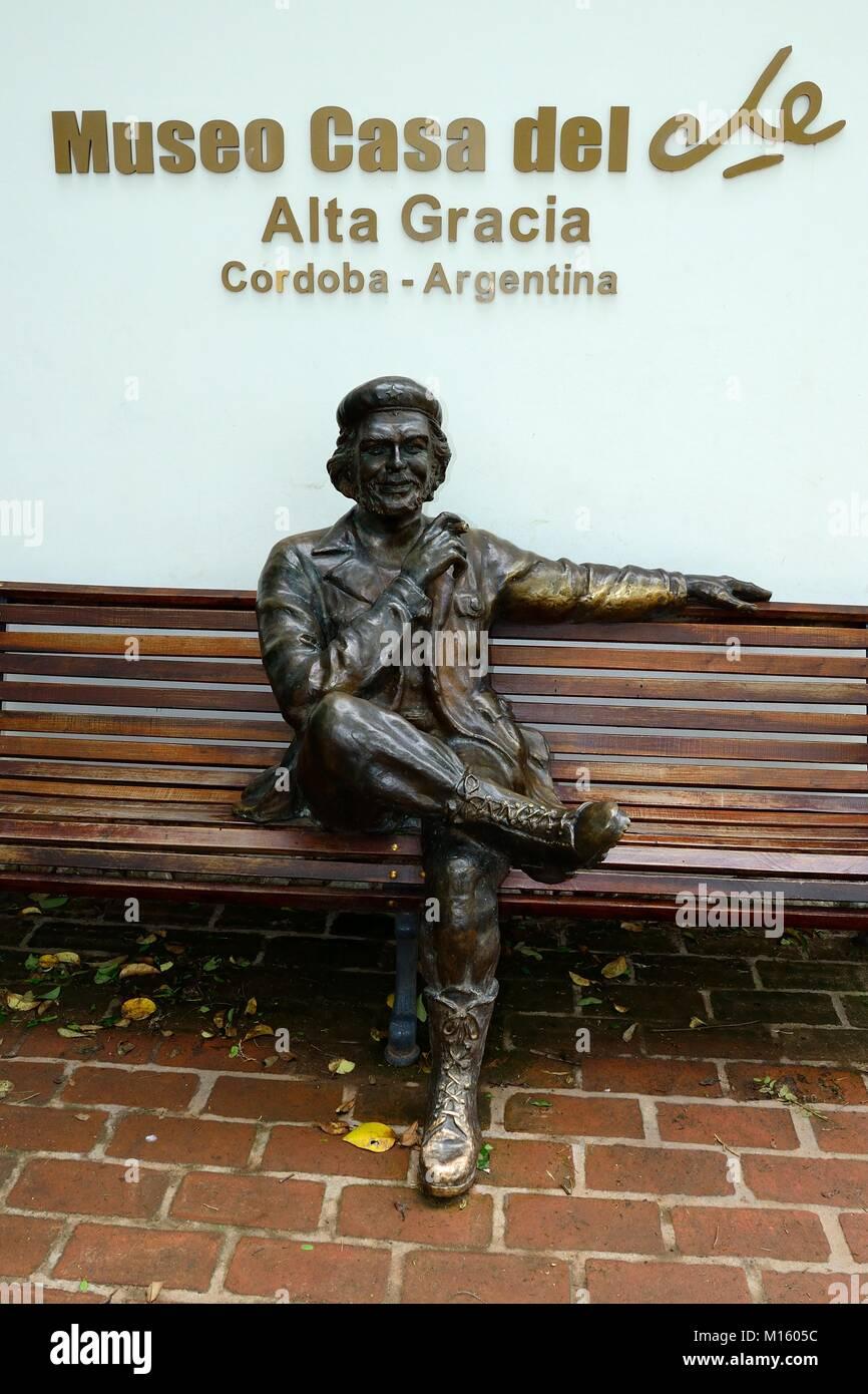 Skulptur von Ernesto Che Guevara auf einer Parkbank, Museo Casa del Che, Alta Gracia, Provinz Córdoba, Argentinien Stockbild