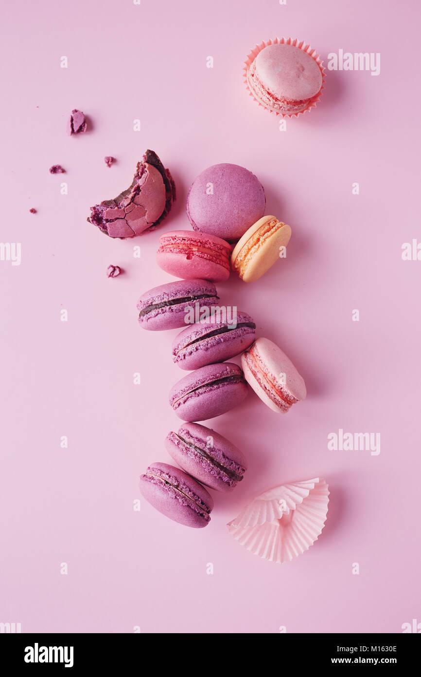 Süße französische Macarons auf rosa Hintergrund. Stockbild