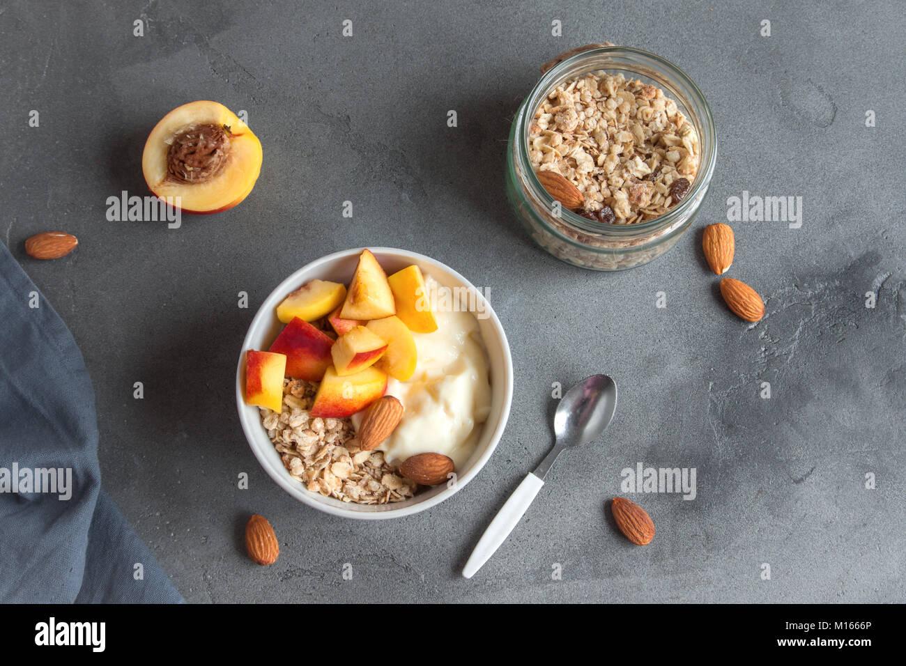 Hausgemachte Haferflocken Müsli Mit Joghurt Und Pfirsiche In