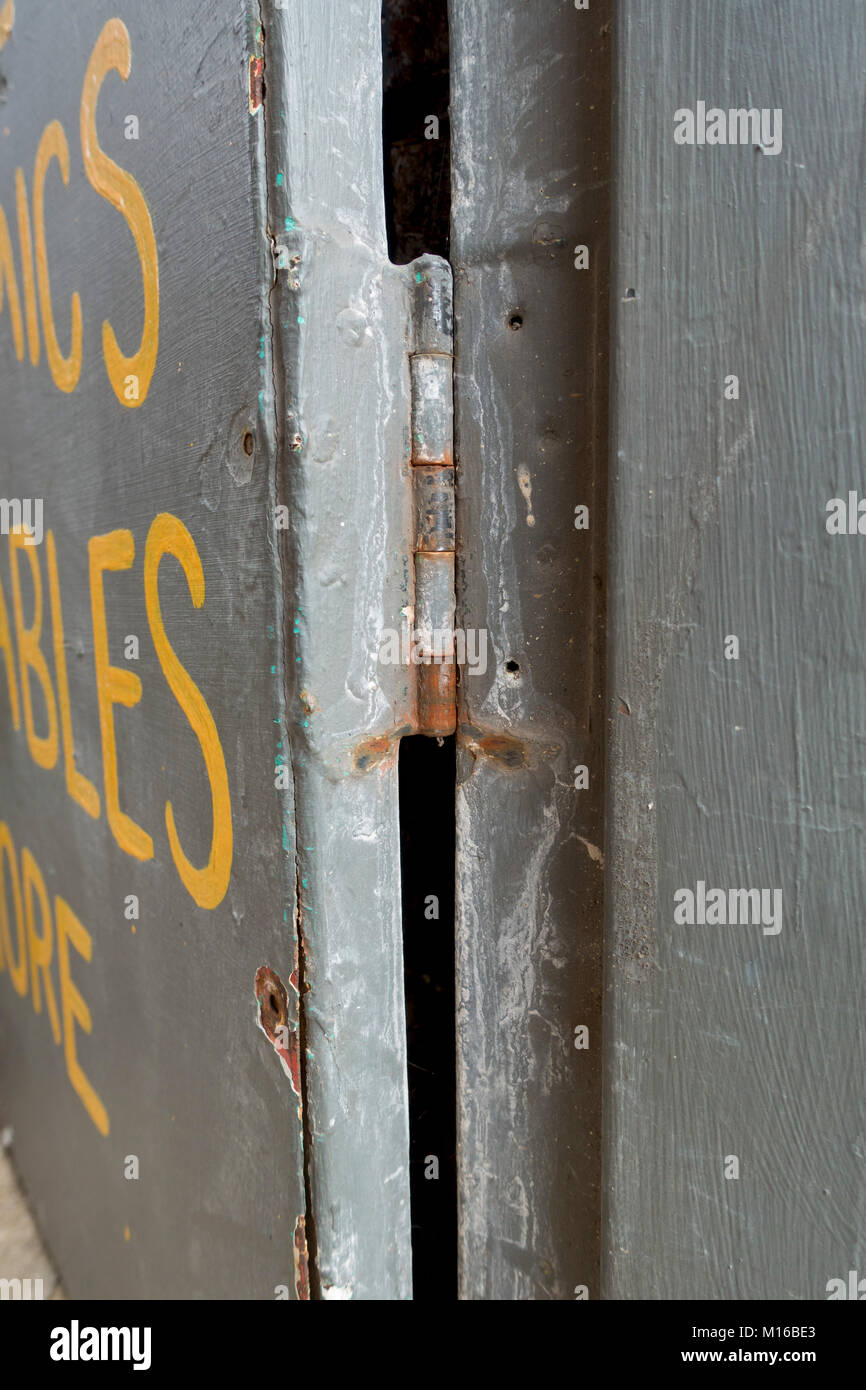 altes scharnier auf metall tor stockfoto, bild: 172859067 - alamy