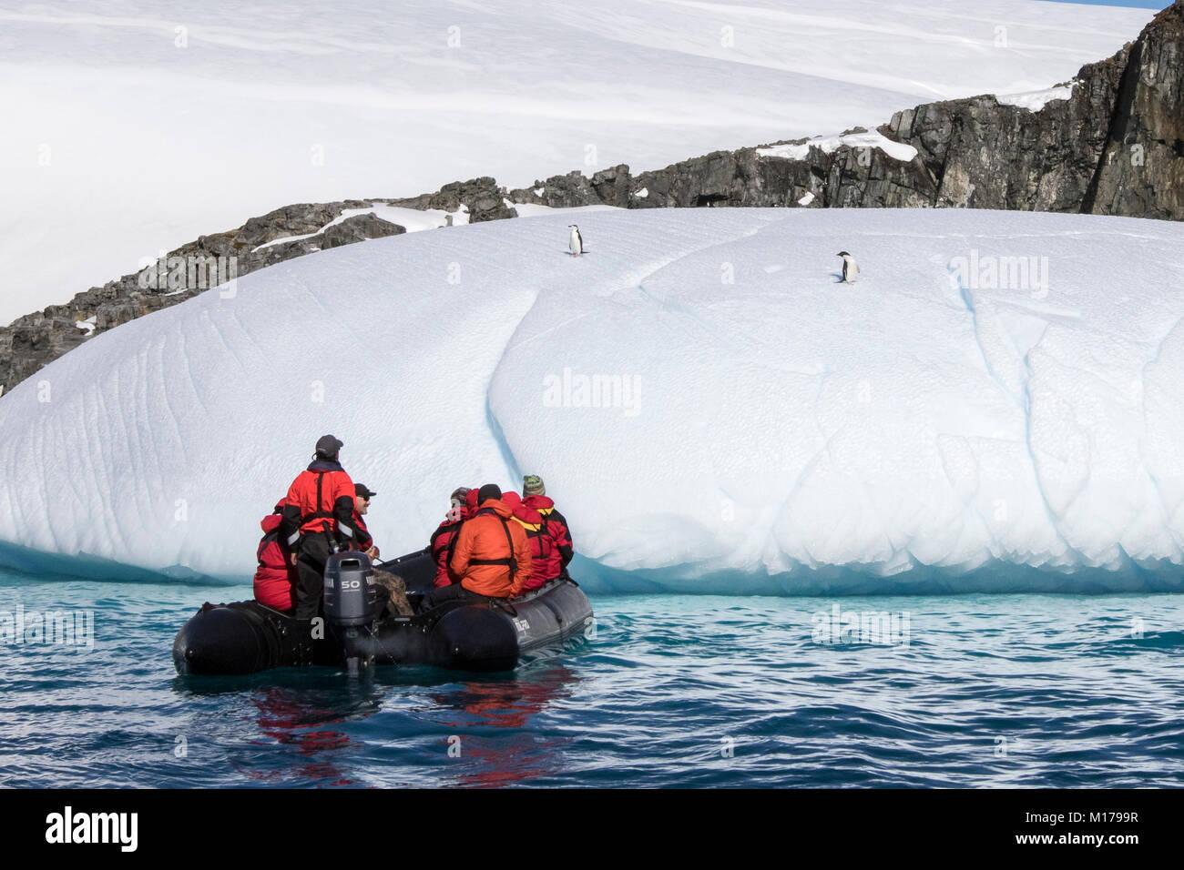 Kreuzfahrtschiff Antarktis Expedition mit Touristen in Zodiac anzeigen antarktische Landschaft, und die Antarktis Stockbild