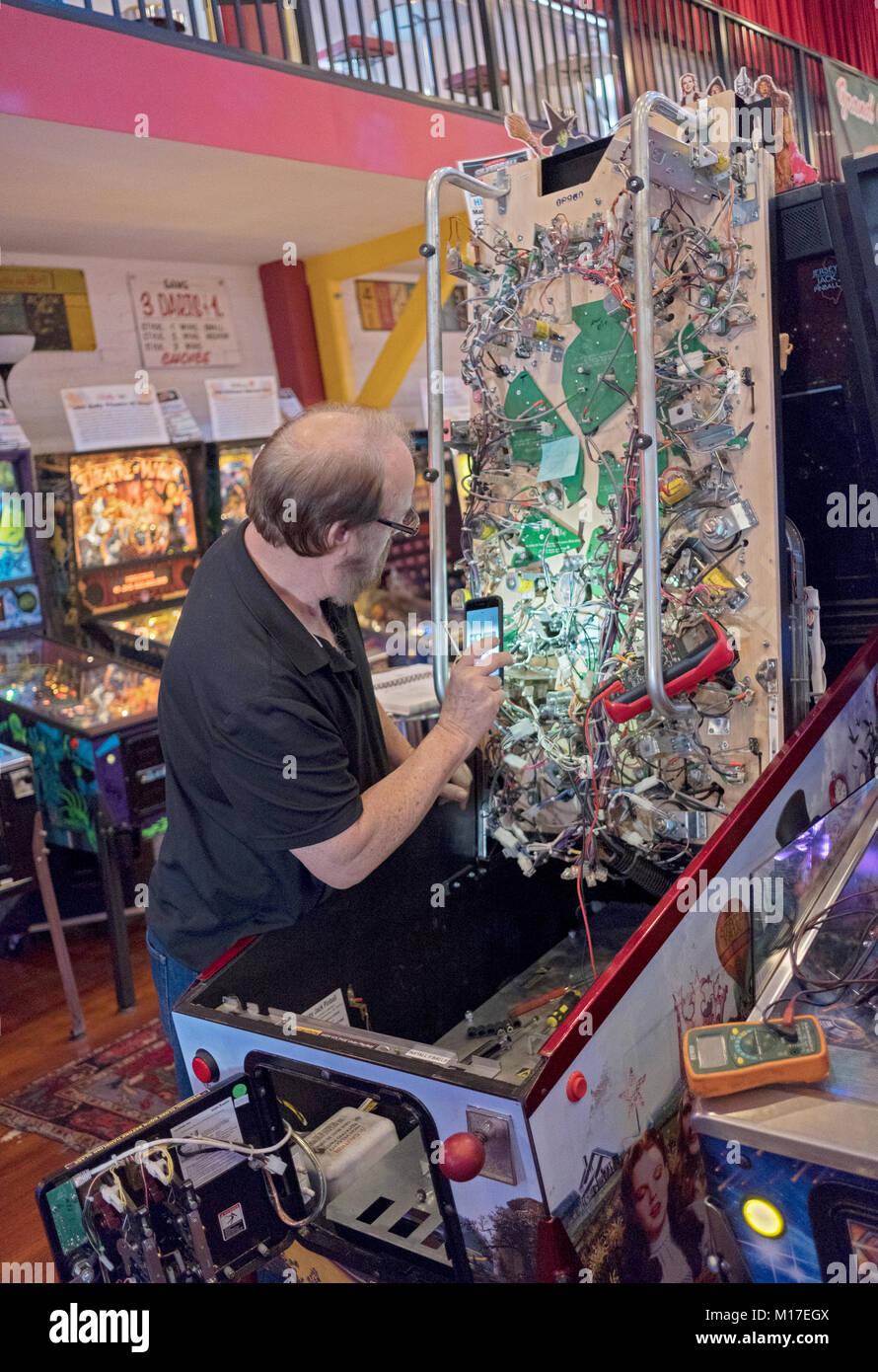 Eine elektronische Techniker Reparatur der Verkabelung auf Pinball ...