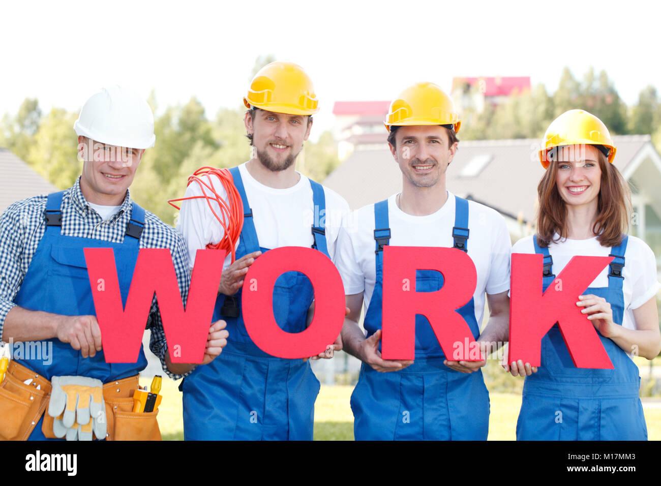 Gruppe von Arbeitern mit Word arbeiten im freien Stockbild