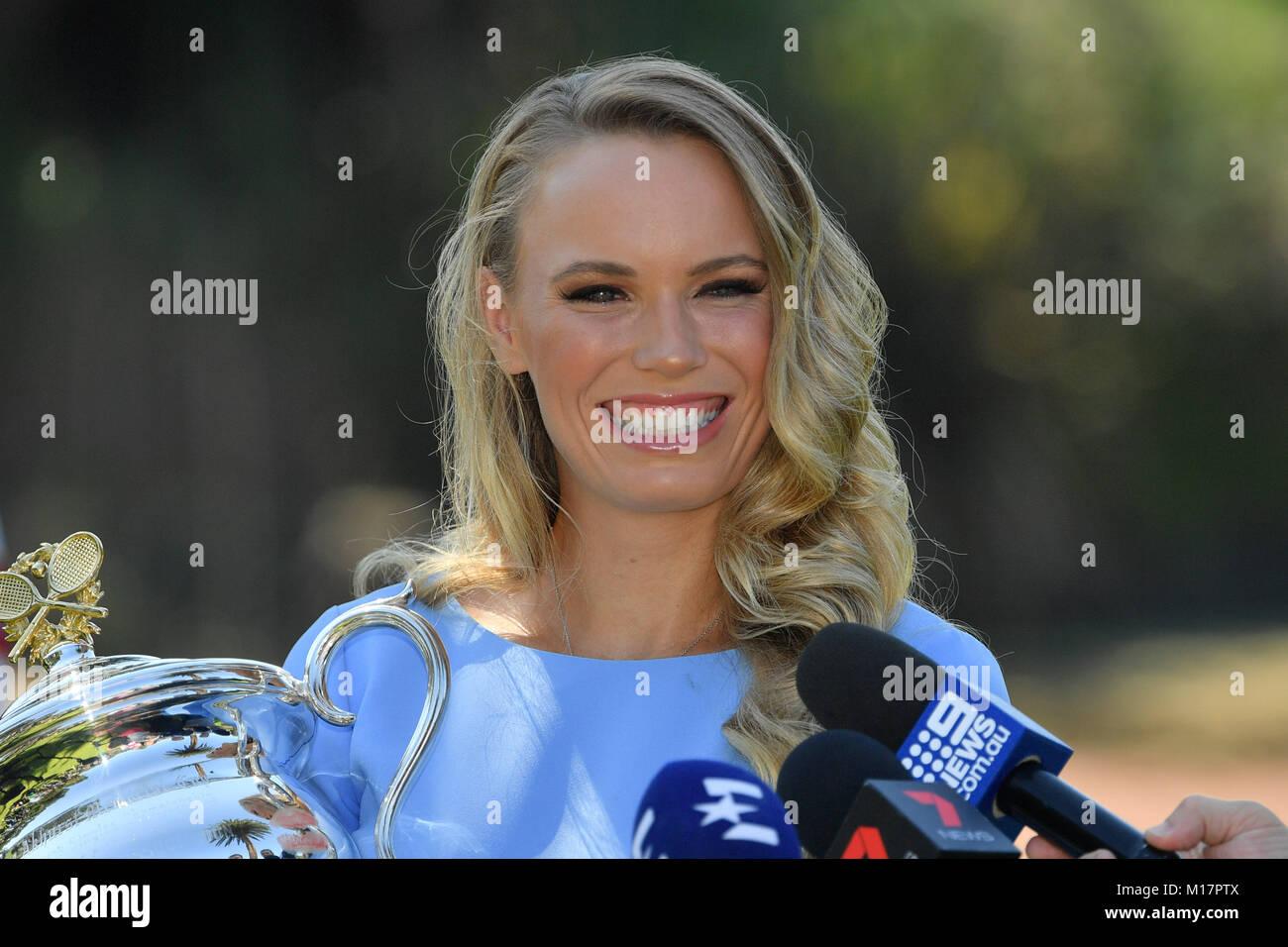 Melbourne, Australien. 28 Jan, 2018. Die 2018 Australian Open Champion Caroline Wozniacki aus Dänemark spricht mit Stockfoto