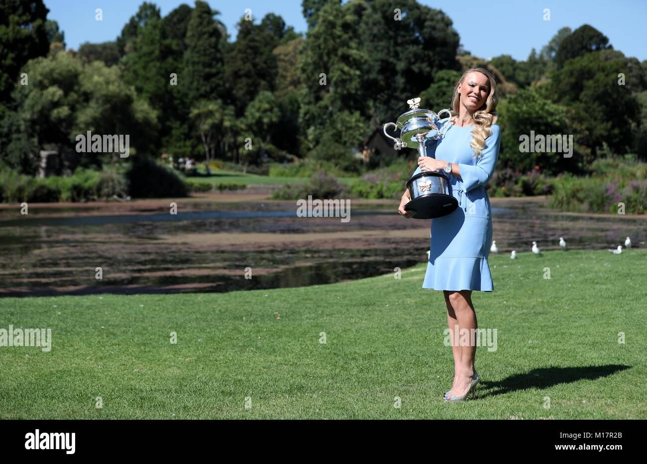 Melbourne, Australien. 28 Jan, 2018. Caroline Wozniacki aus Dänemark stellt mit ihrem Australian Open Trophy, der Stockfoto