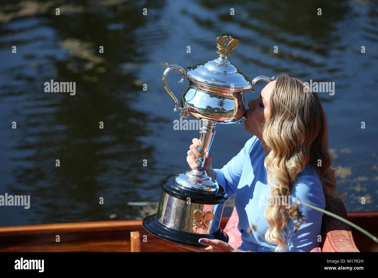 Melbourne, Australien. 28 Jan, 2018. Caroline Wozniacki aus Dänemark küsst sie Australian Open Trophy, der Daphne Stockfoto