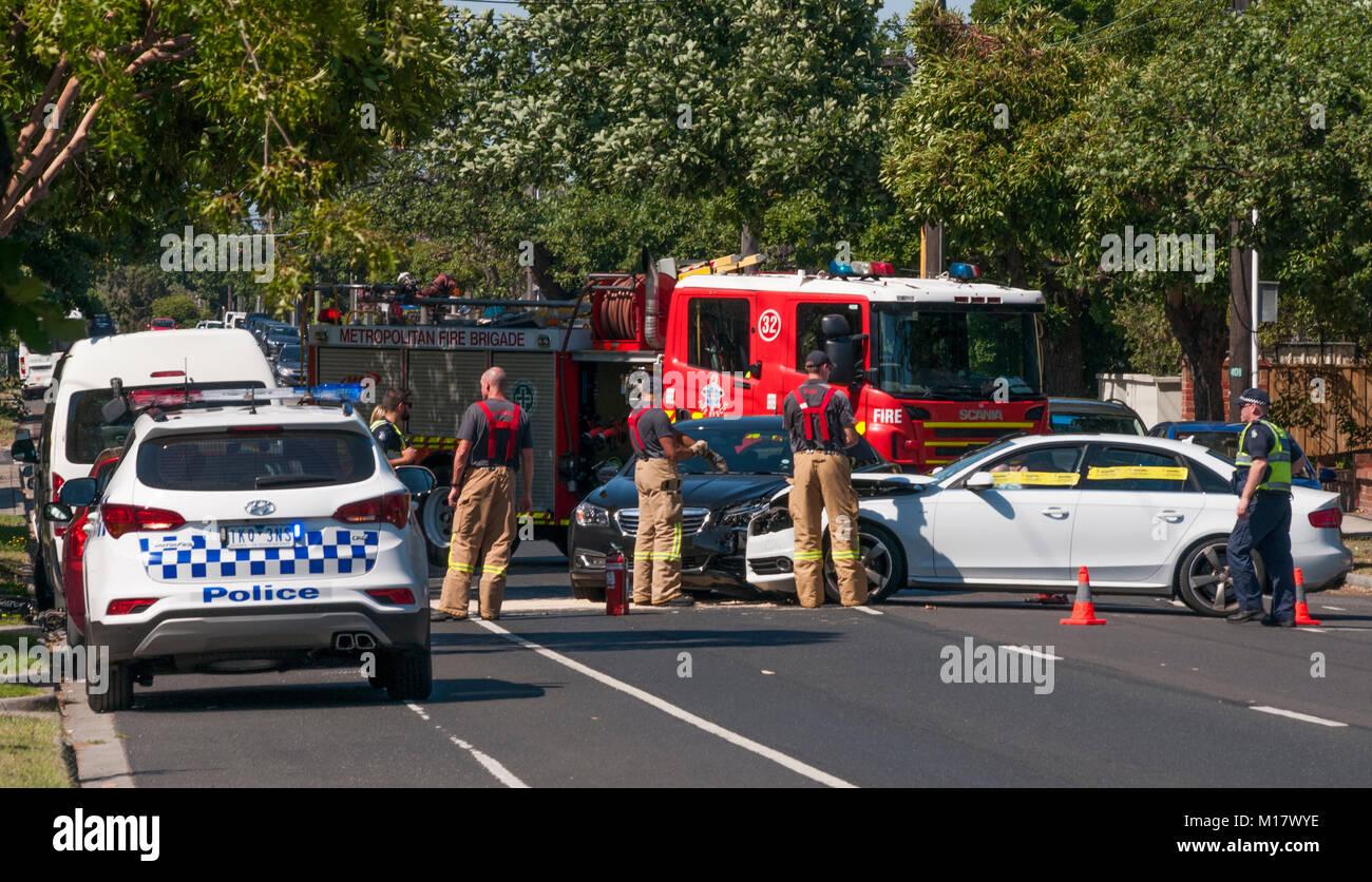 Melbourne, Australien. 28. Januar 2018. Polizei und Feuerwehr Personal klar die Szene von einem Verkehrsunfall in Stockfoto
