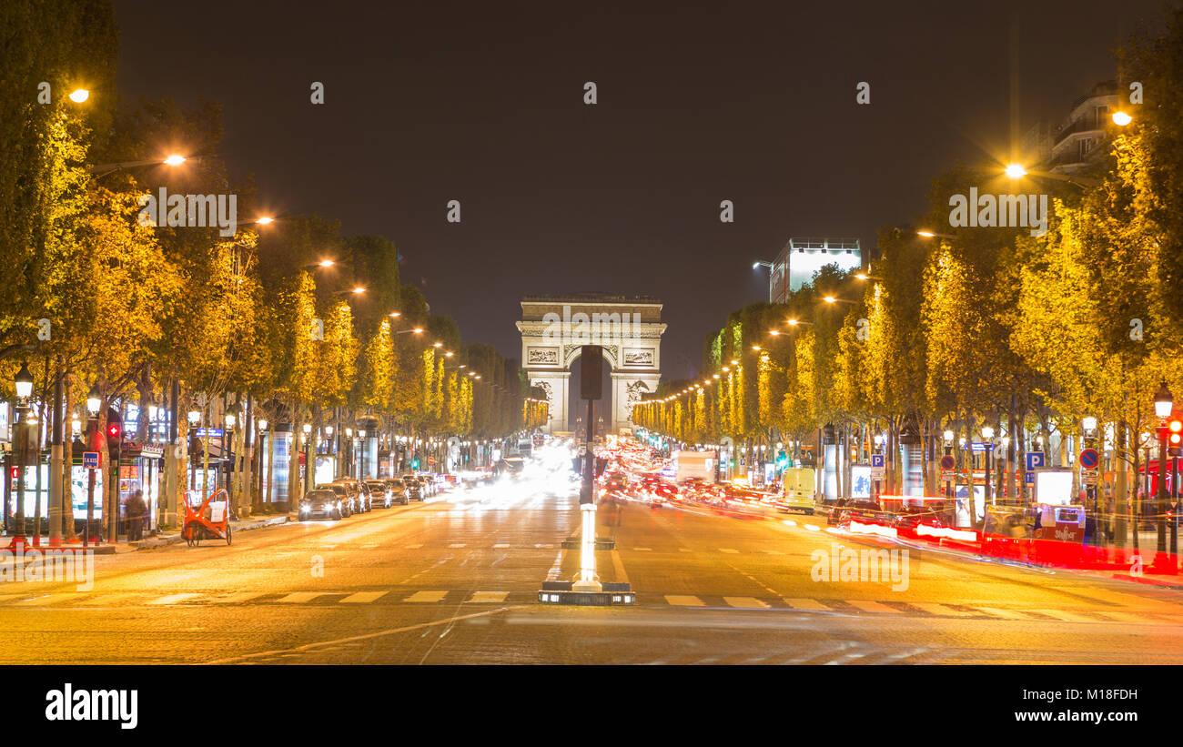 Boulevard Champs-Elysées mit Verkehr, hintere Triumphbogen, Paris, Frankreich Stockbild