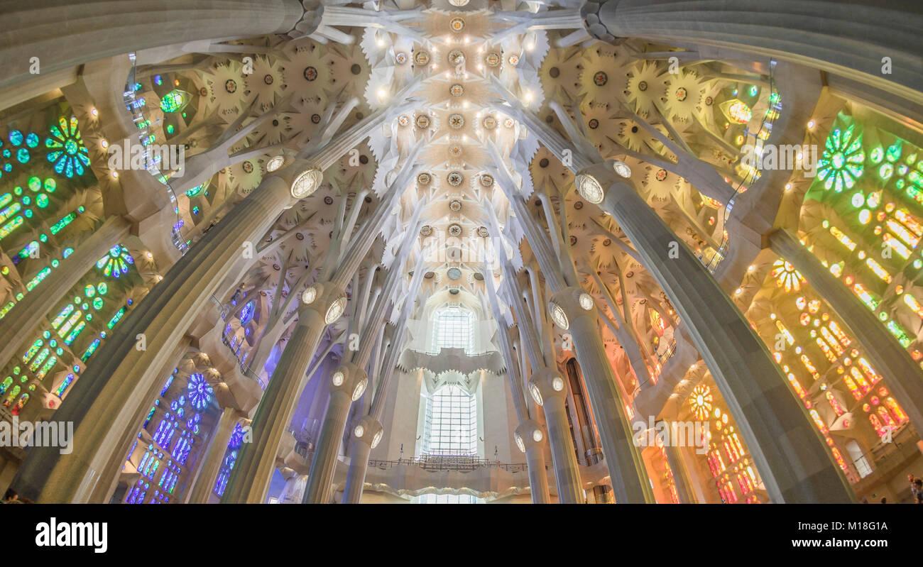 Innenansicht der Sagrada Familia von Antoni Gaudi, Barcelona, Katalonien, Spanien Stockbild