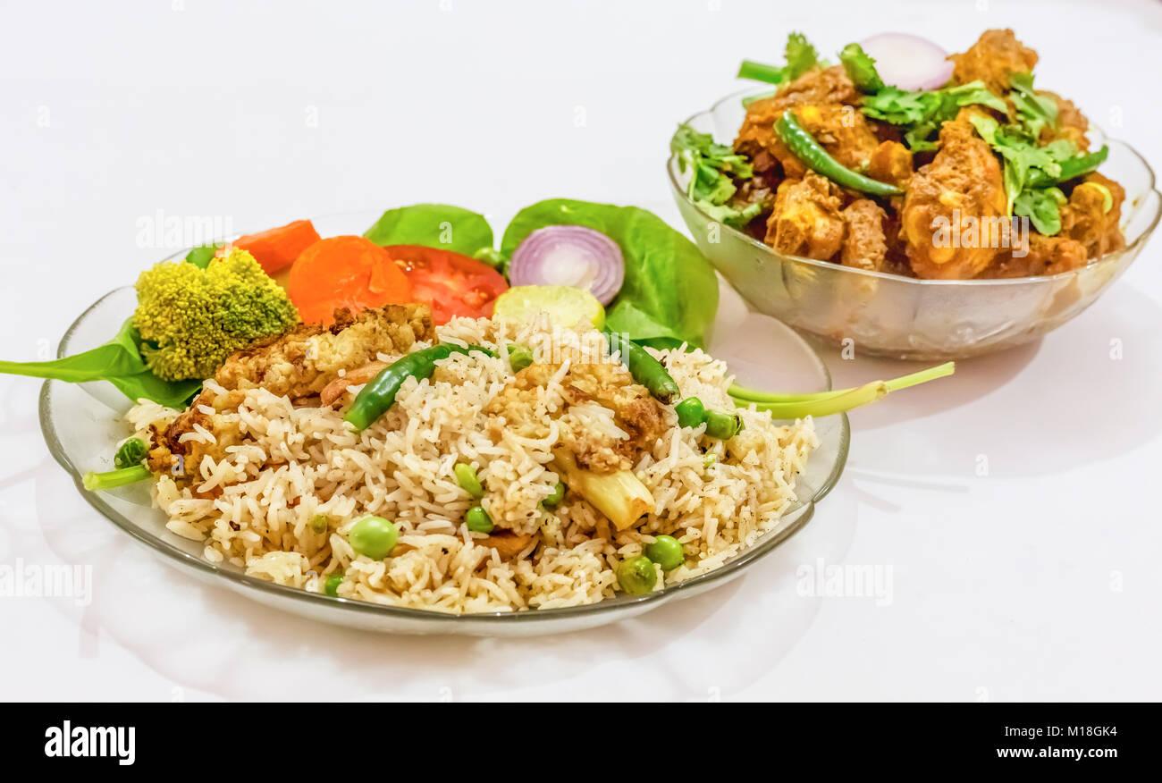 Indisches essen von Gemüse gebratener Reis und würzige Chicken kosha auf weißem Hintergrund. Eine Stockbild