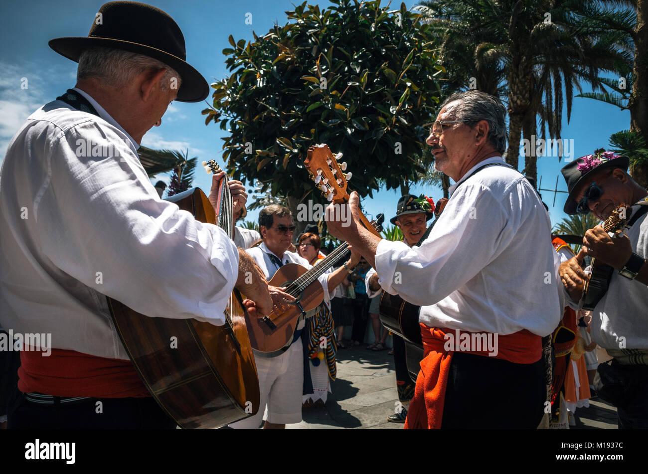 Puerto de la Cruz, Teneriffa, Kanarische Inseln - 30. Mai 2017: Kanaren Menschen in traditionellen Kleidern bekleidet Stockbild