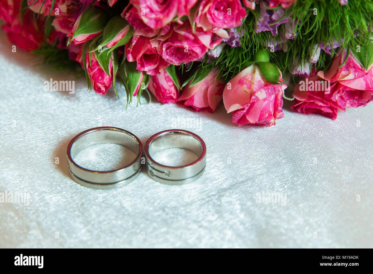 Zwei Ringe Im Hintergrund Von Bunten Blumen Close Up Von Zwei