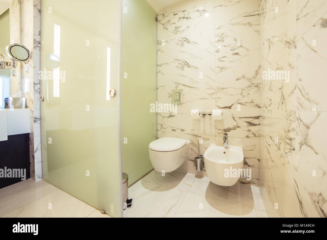 Designer Badezimmer mit Dusche Fliesen Stockfoto, Bild ...