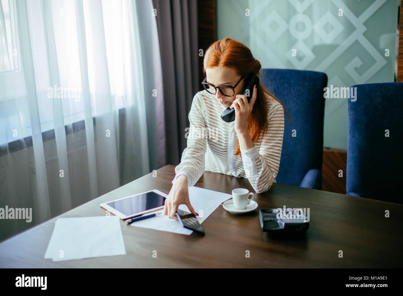 Geschäftsfrau, die im Büro arbeiten Stockbild