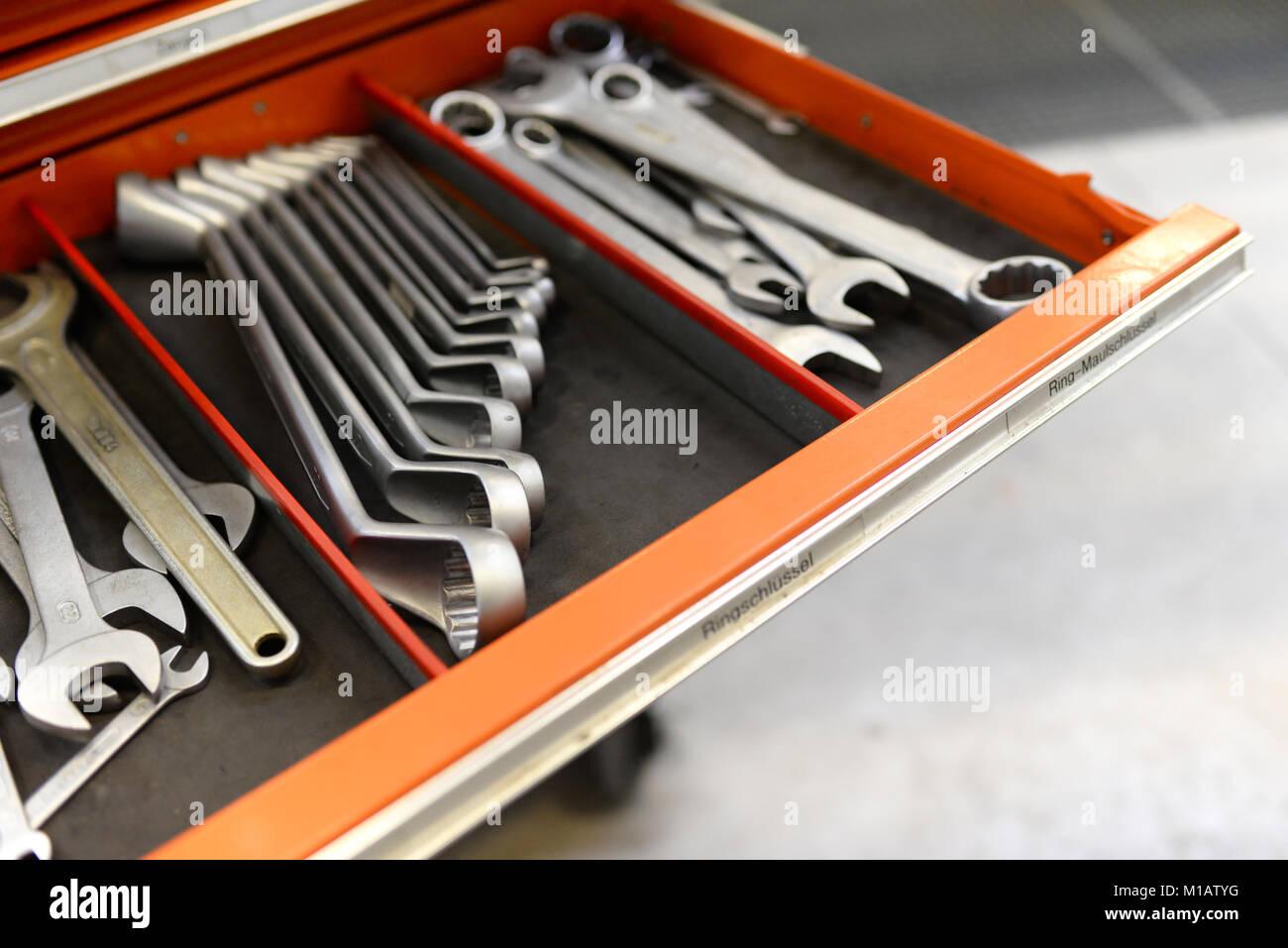 Schublade mit mechanischen Werkzeugen in einer Werkstatt für Reparatur und Montage Stockbild