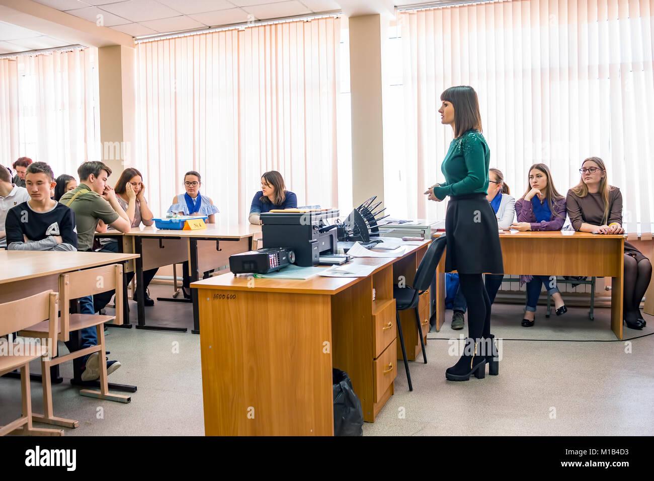 Schüler in der Klasse mit dem Lehrer Stockbild
