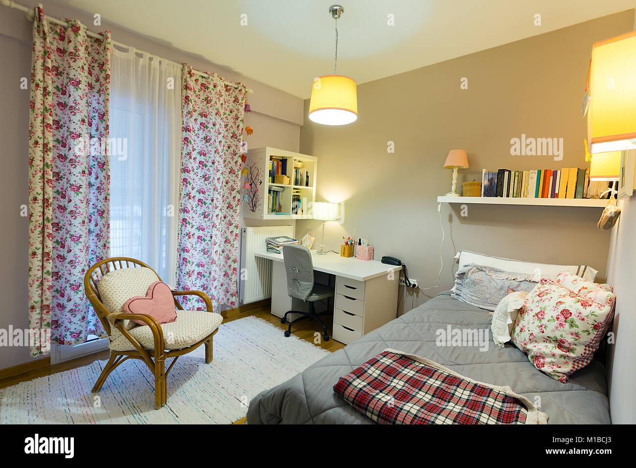 Gemütliche Einrichtung Schlafzimmer einer jungen Frau mit weißem ...