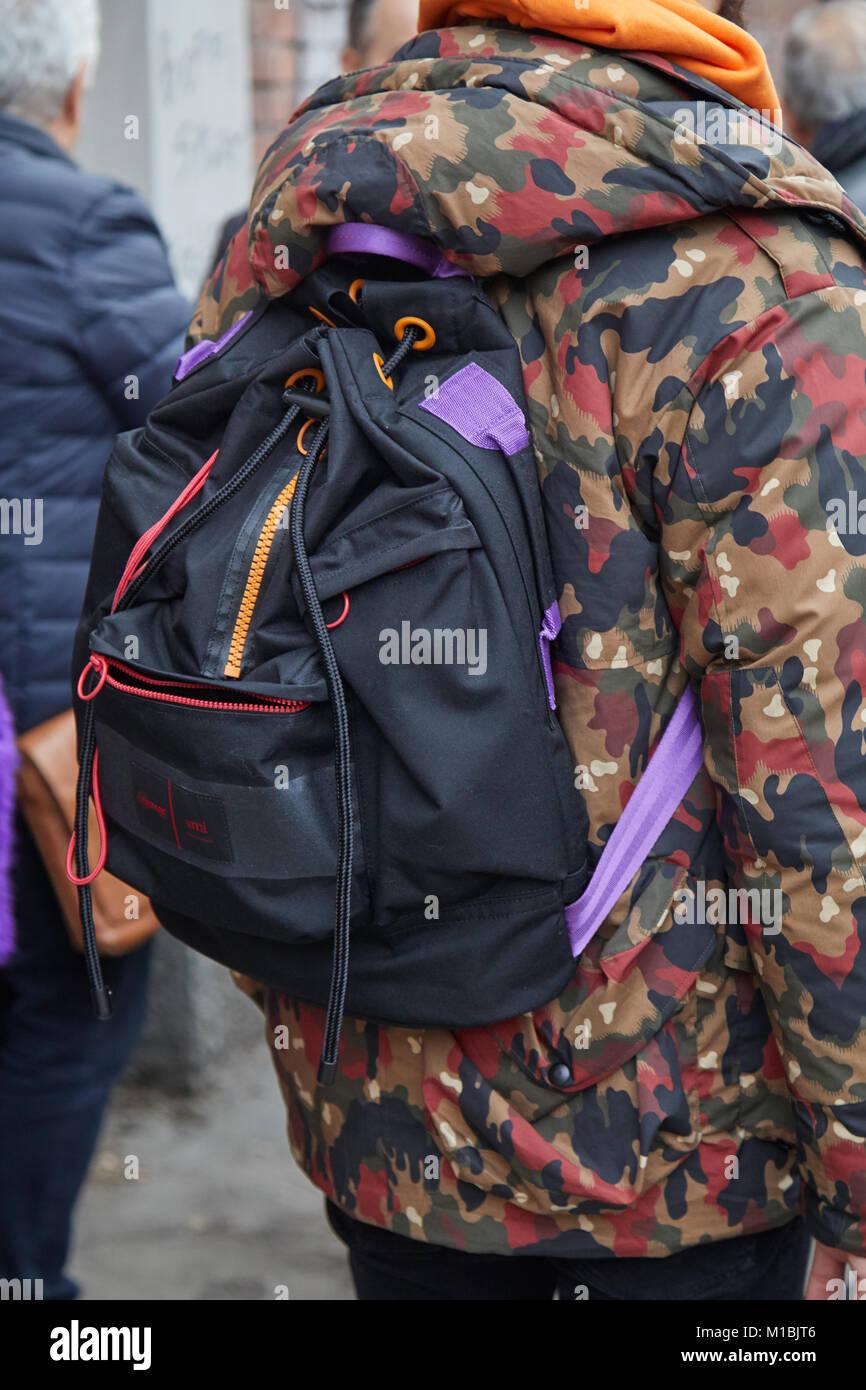 e46249066697 Mailand - Januar 15  Mann mit schwarzen und violetten Eastpack Rucksack und  Braun und Rot
