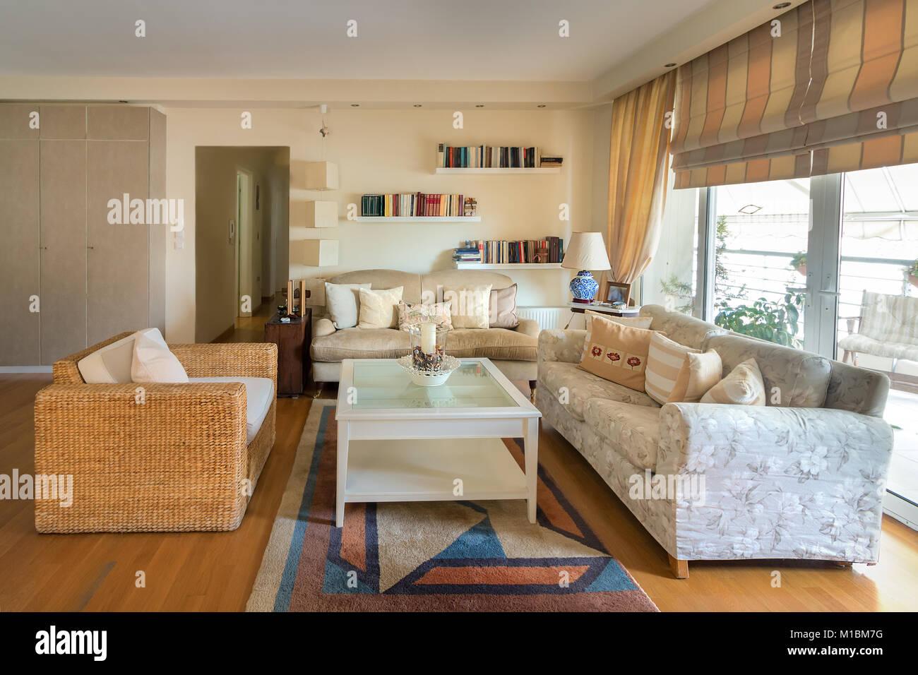 Ein großes Wohnzimmer warmen, zeitgenössischen Stil mit ...